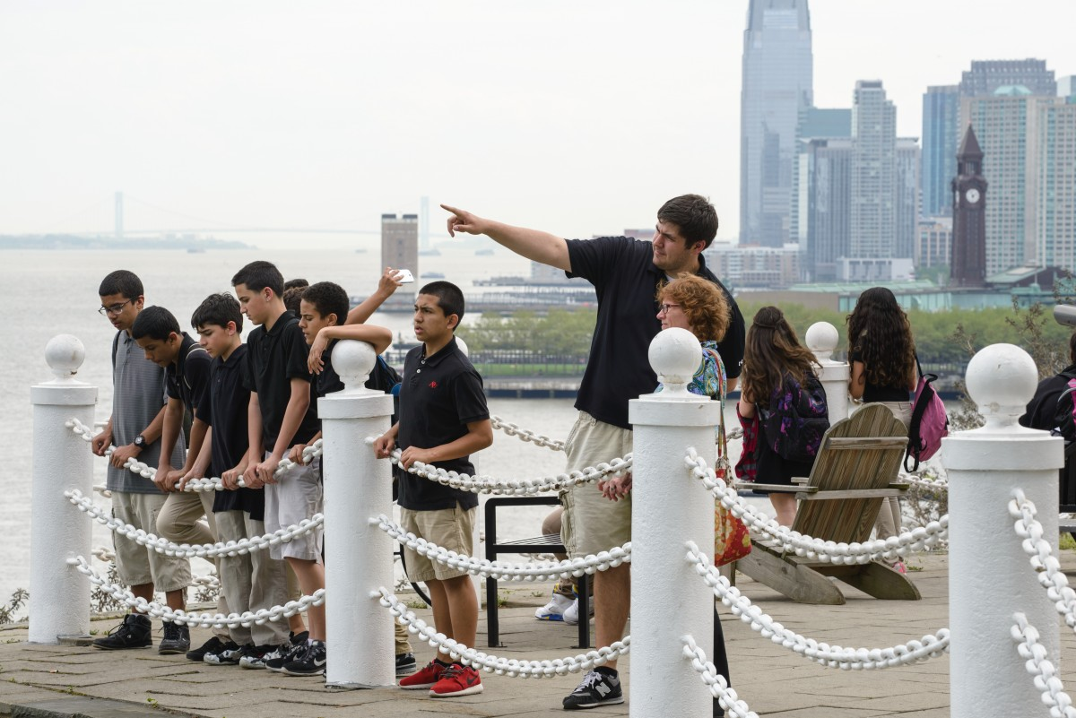 Stevens volunteer shows Hoboken students the Manhattan skyline from campus