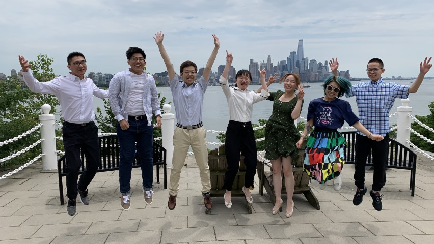 Tsinghua students in front of Manhattan skyline