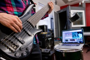 Electric guitar and computer software